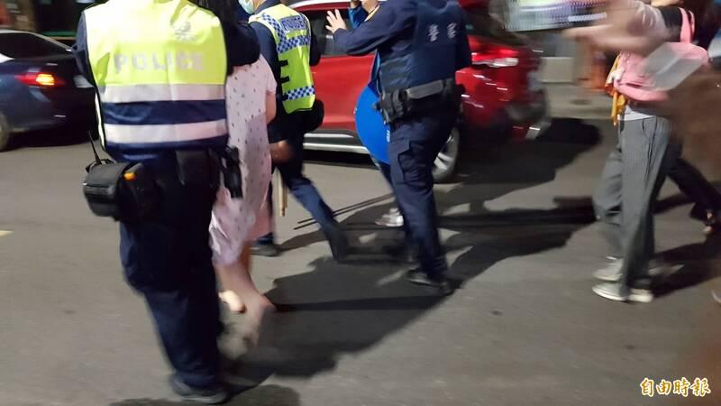 嘉義市一名女子今晚10點多疑似因口角爭執,涉嫌持利器刺殺母親,警方獲報後將嫌犯帶回。(記者林宜樟攝)