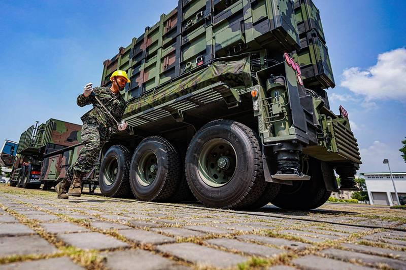 海軍海鋒大隊進行雄風飛彈發射車的機動演練,這款飛彈發射車是以叢林迷彩塗裝,可能是新成立的機動發射車中隊。(圖:取自中華民國海軍臉書專頁)