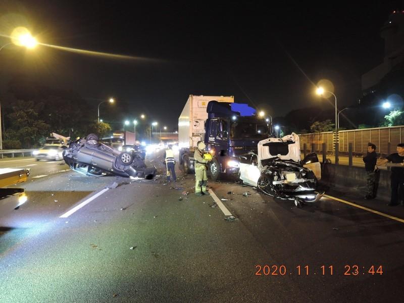 國道1號南下363.6公里高雄鼎金路段,昨天(11日)深夜11點15分發生一起連環車禍,1人受傷。(記者蘇福男翻攝)