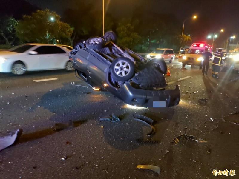 黃男的休旅車被高速追撞的貨櫃車撞翻。(記者蘇福男翻攝)