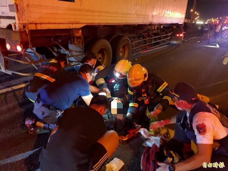 1名女乘客遭撞飛,警消人員救援送醫。(記者蘇福男翻攝)