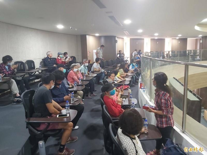 南投縣魚池鄉東光村民12日到議會旁聽,表達堅決反對該村再設置大型養雞場立場。(記者張協昇攝)