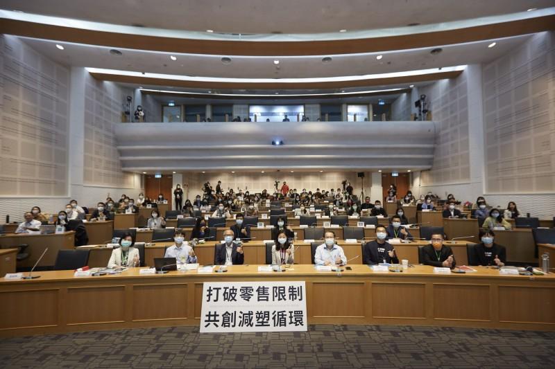 綠色和平今日舉辦「打破零售限制,共創減塑循環」論壇,為台灣首次以循環減塑為主題的論壇。(綠色和平提供)