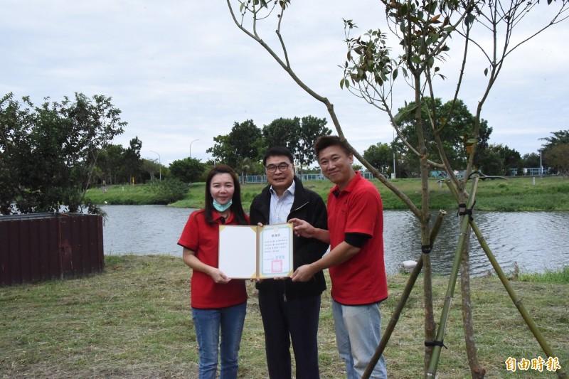 台東大學校友陳宇華(右)贈植佛光樹,校長曾耀銘(中)頒感謝狀。(記者黃明堂攝)