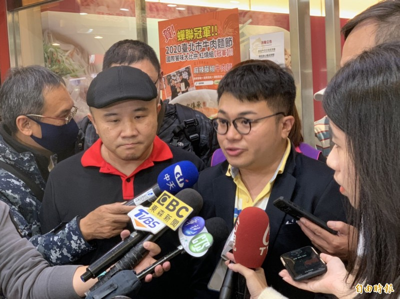 皇家(傳承)牛肉麵總經理陳家斌(左黑帽者)大方表示願意接受道歉。右為副總經理陳宏銘。(記者周湘芸攝)