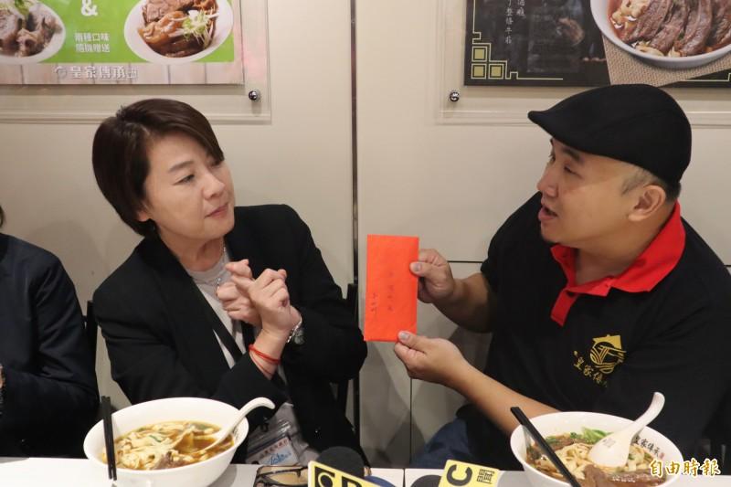 台北市副市長黃珊珊包了個紅包給業者,要讓業者用紅包請民眾免費吃牛肉麵,每天20碗、連續吃5天。(記者周湘芸攝)