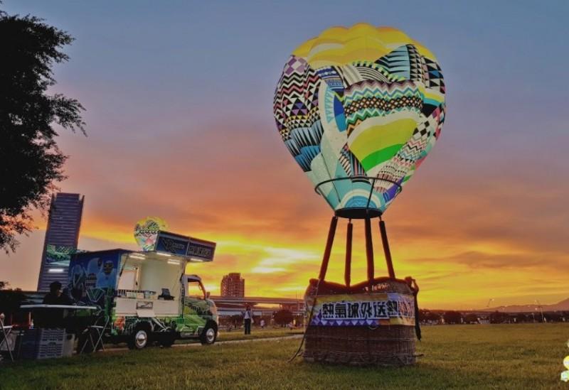 台東縣府交觀處將熱氣球及著名的鐵花村,統統搬到高雄的美麗島光之穹頂捷運站展覽,民眾可以透過「熱氣球外送VR胖卡」身歷其境的體驗台東熱氣球嘉年華路線。(台東縣政府提供)