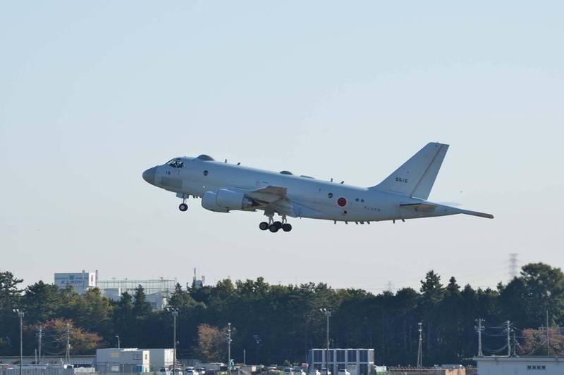 日本海上自衛隊11日向外界展示最新當局政府與川崎重工業聯合研製的P-1反潛機,將用以取代美製P-3C「獵戶座」反潛機,圖為日本海自P-1反潛機。(擷取自日本海自第4航空群推特)