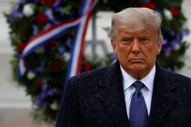 美國總統川普週三首度出席公開活動,前往阿靈頓國家公墓紀念退伍軍人節。(路透)