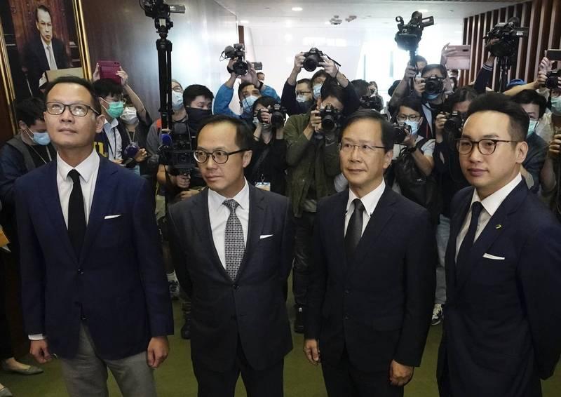 香港政府跟隨中國全國人大常委會口徑,昨日宣布DQ(取消資格,Disqualified)4位泛民派議員,引發15位民主派議員總辭抗議。(美聯社)