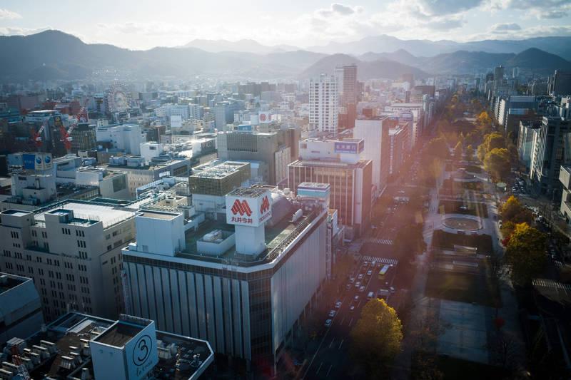 北海道札幌市爆發群聚感染,今道內單日疫情預計新增230例,再度創下當地疫情以來確診紀錄。圖為札幌市街景。(彭博)