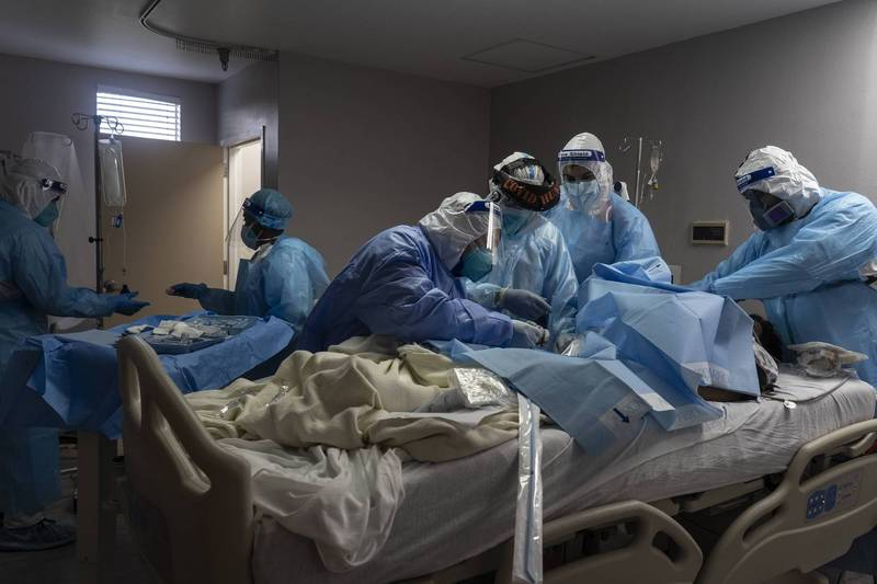 美國境內疫情仍嚴峻,德州在當地時間週三則正式成為境內首個確診病例數破百萬的州別。圖為德州醫護人員救治武漢肺炎患者的情況。(法新社)