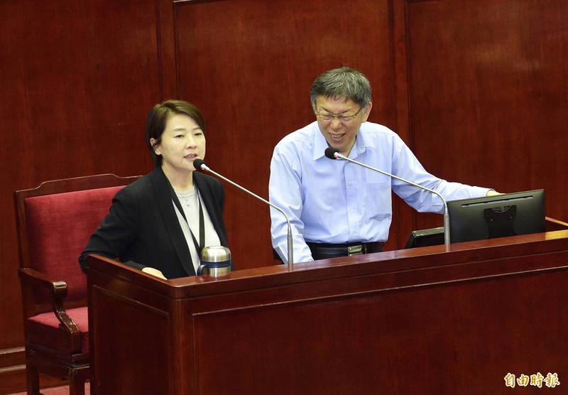 對於丁怡銘的說法,柯文哲(右)聞訊睜大眼笑說,現在要推給媒體?副市長黃珊珊(左)則說,政院可攻擊台北市政府,不應該攻擊店家。(記者羅沛德攝)
