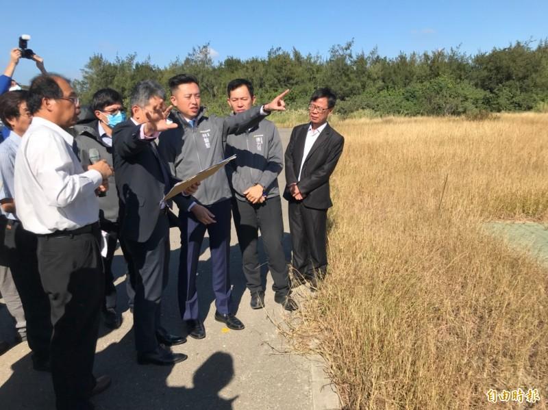 水利署長賴建信與市長林智堅陪前往視察海水淡化設施。(記者蔡彰盛攝)