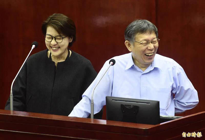 台市長柯文哲(右)、副市長黃珊珊(左)答詢。(記者簡榮豐攝)