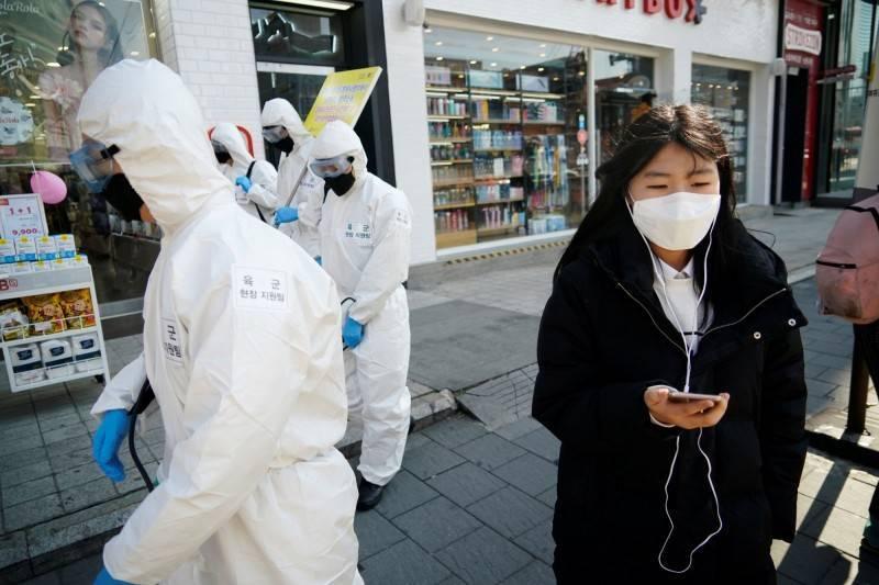 武漢肺炎全球大流行,各國人民對於口罩的需求居高不下。(路透)