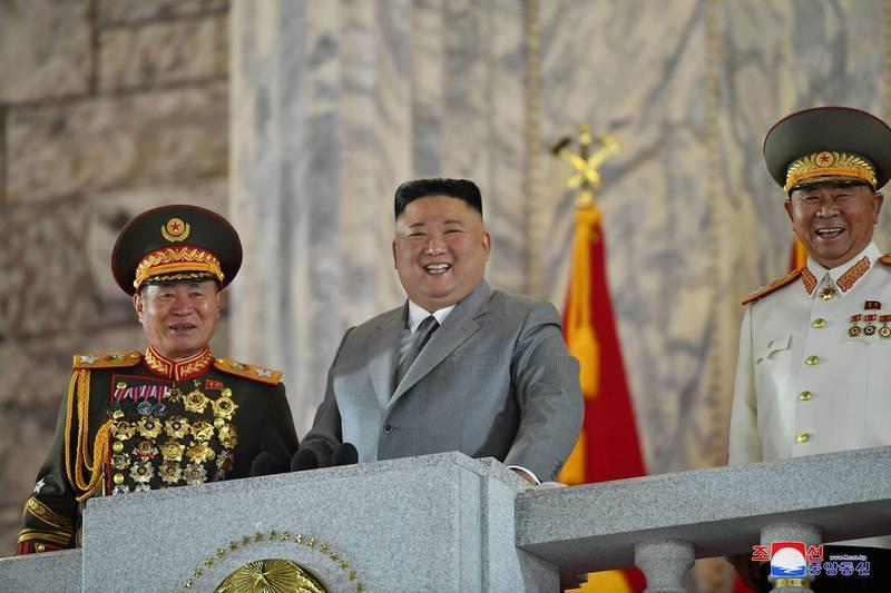 北韓遲遲未對美國大選結果有反應,南韓統一部今呼籲朝方慎重行事。圖中央為北韓領導人金正恩。(路透)
