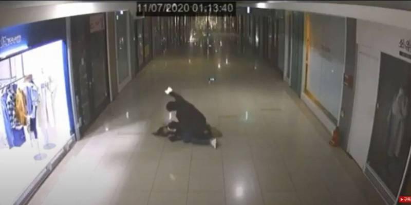 韓國一對情侶走在地下街,突然間起了爭執並打了起來,在爭鬥中男方將女方打倒在地,跨坐在她身上用手機瘋狂毆打,甚至起身後還補了無法動彈的女友一腳。(圖擷取自YouTube)