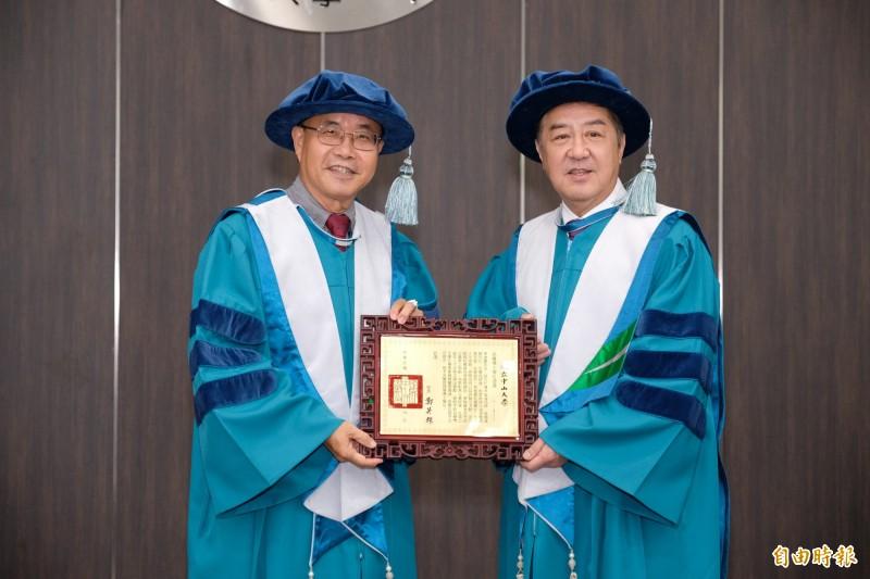 中山大學校長鄭英耀(左)頒授名譽管理學博士學位予李雄慶。(記者黃旭磊攝)