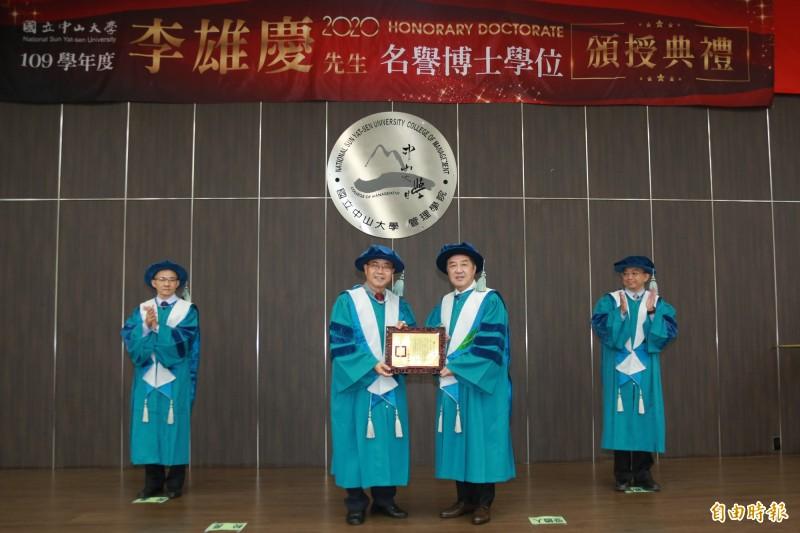 舊振南食品董事長李雄慶(右2)獲頒名譽管理學博士學位。(記者黃旭磊攝)