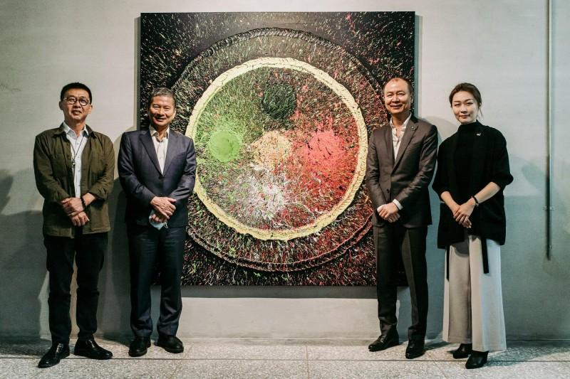 御盟集團創辦人邵永添(右2)、永添藝術共同創辦人邵雅曼(右)父女舉辦雙個展,文化部李永得部長(左2)、立委許智傑前來祝賀。(金馬賓館當代美術館提供)