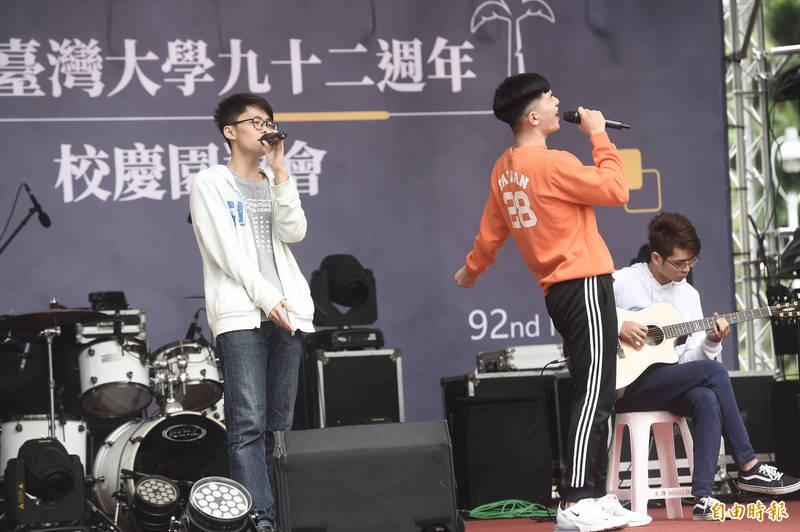 台灣大學92週年校慶園遊會社團表演。(記者簡榮豐攝)