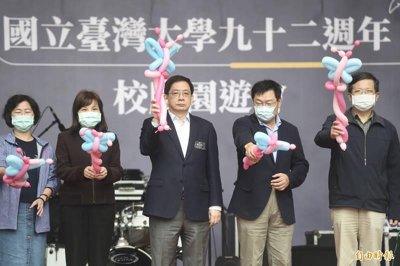 台灣大學92週年校慶園遊會14日登場,台大校長管中閔出席致詞並與來賓一同啟動儀式。(記者簡榮豐攝)