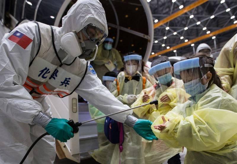 不少外國民眾不太相信台灣作為一個亞洲島國,能在防疫上領先歐美強國,並認為所謂的「台灣模式」是台灣單方面的溢美之詞。對此,德國駐台記者(白德瀚)撰文反駁以上說法。圖為機場檢疫人員為返台旅客進行消毒。(歐新社)