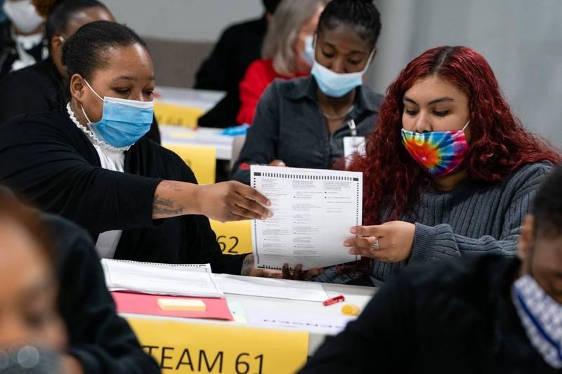 喬治亞州已於當地時間13日展開手動重計選票作業。(彭博)