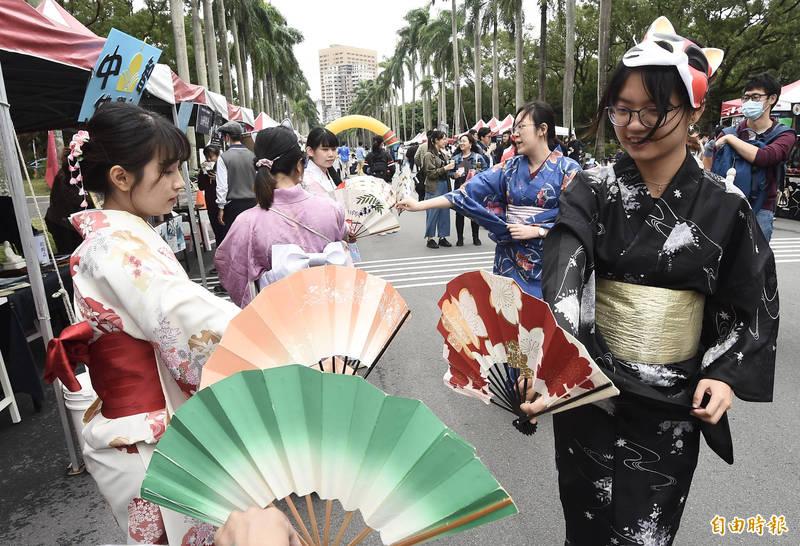 台灣大學92週年校慶園遊會14日登場。(記者簡榮豐攝)
