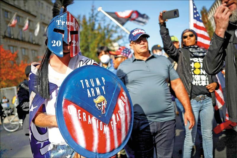 美國總統川普的支持者14日在華府大會師,舉行力挺川普及其選舉舞弊指控的集會遊行。圖為13日就抵達華府的川粉,有人則是變裝自詡為「川普軍」。(路透)