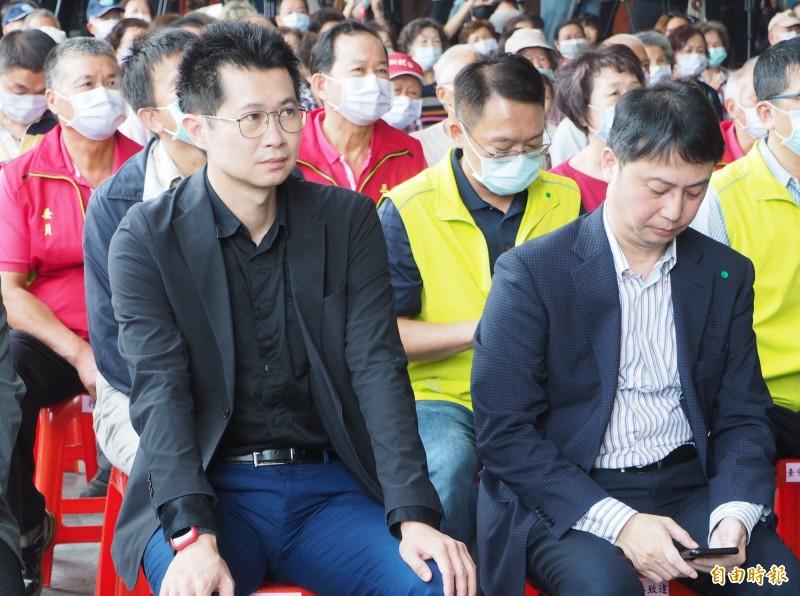行政院發言人丁怡銘(前排左1)隨院長蘇貞昌到草屯鎮平林里,成為媒體注焦點略顯尷尬。(記者陳鳳麗攝)