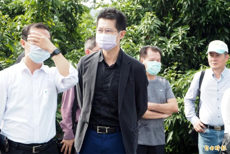 行政院發言人丁怡銘(左2)也隨院長蘇貞昌下鄉,但都與院長媒體保持一定距離。(記者陳鳳麗攝)