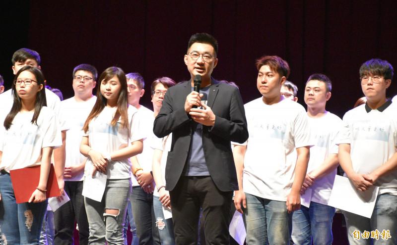 江啟臣(中)見證青年軍黨員宣誓加入國民黨儀式。(記者李容萍攝)