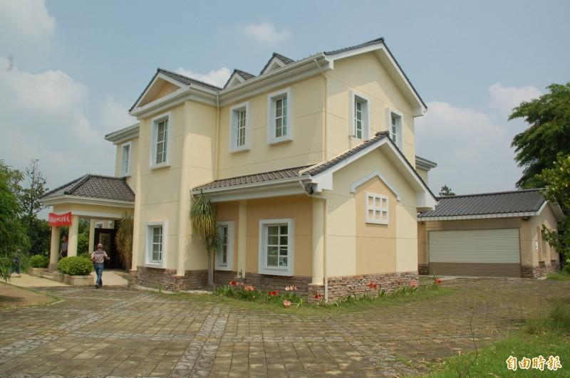 長治鄉公所申請拆除前總統府秘書長蘇嘉全捐贈的農舍,引發熱議。(記者李立法攝)
