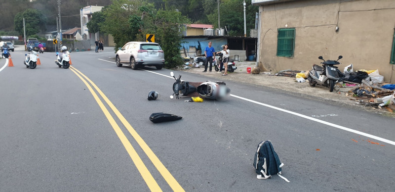 年輕男女騎車路口碰撞,倒地送醫。(記者蔡政岷翻攝)