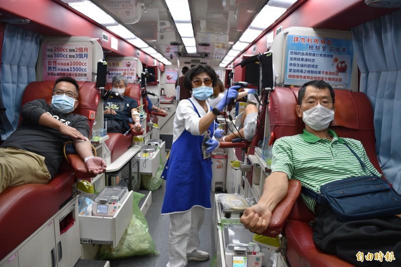 台彩「2020歡喜逗陣來捐血」活動,桃園場捐出486袋、12萬1500C.C.熱血。(記者李容萍攝)