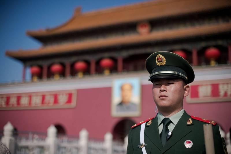 香港《大公報》指出,中國正打算制定「台獨」頑固分子清單,將對涉及台獨或謀求台獨的人士和金主、支持者進行嚴厲制裁並終身究責。圖為天安門廣場的中國警察。(法新社)