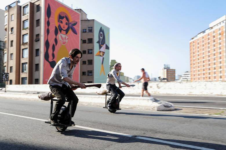 來自巴西的兩名哈利波特狂粉打造出麻瓜也能騎的飛天掃帚,引發討論。(圖擷取自推特)