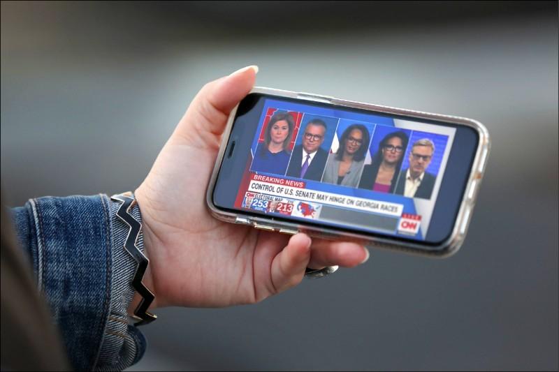 美國福斯財經新聞網資深記者賈斯巴里諾認為,AT&T有意出售CNN的消息屬實,AT&T將透過此舉削減公司債務。(法新社檔案照)