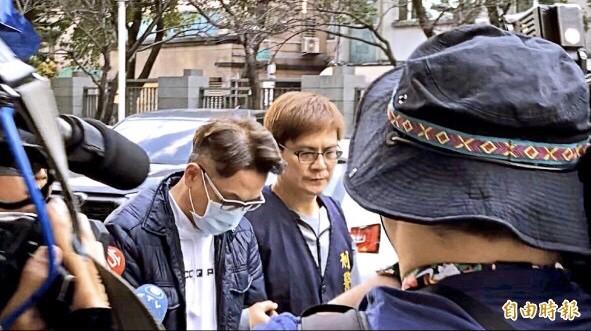 台新銀行理專周勵宏(左)被檢方聲押禁見。(資料照,記者姚岳宏攝)