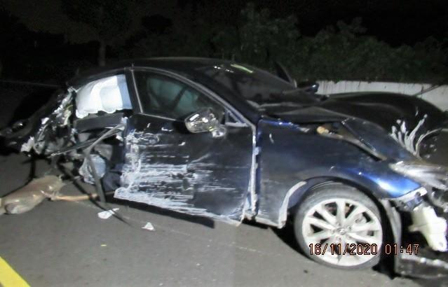 肇事車撞爛,駕駛棄車落跑。(記者楊金城翻攝)