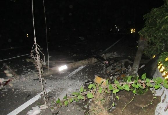 電桿被撞倒,害300戶住家商店停電10小時。(記者楊金城翻攝)