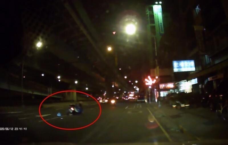 劉男撞車當下被行車紀錄器拍下。(記者徐聖倫翻攝)