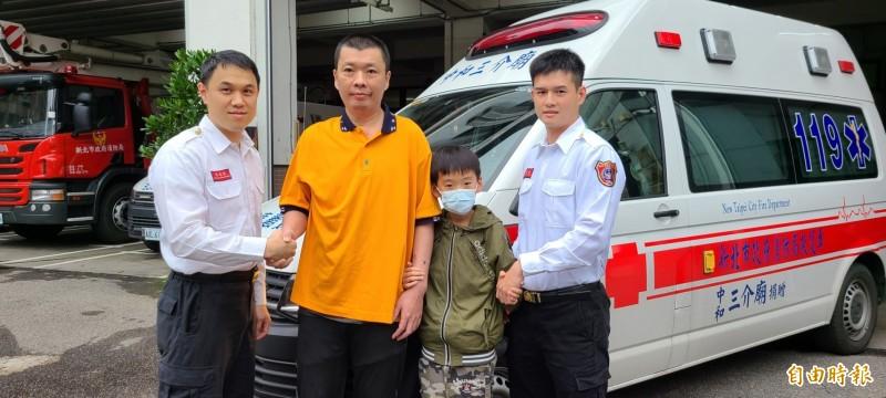 林男帶著兒子特別前往南勢消防分隊道謝。(記者徐聖倫攝)