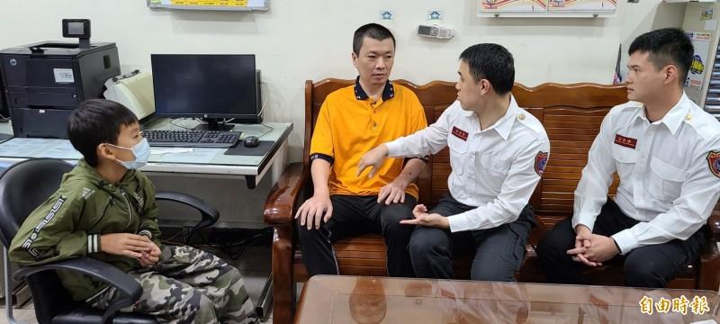 消防員劉振宇、李冠樺關心林男出院後的復原狀況。(記者徐聖倫攝)