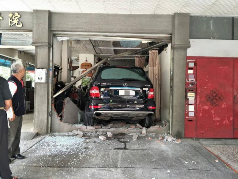 結果整輛賓士休旅車直接撞破牆面,現場滿地破損的磚塊與水泥。(民眾提供)
