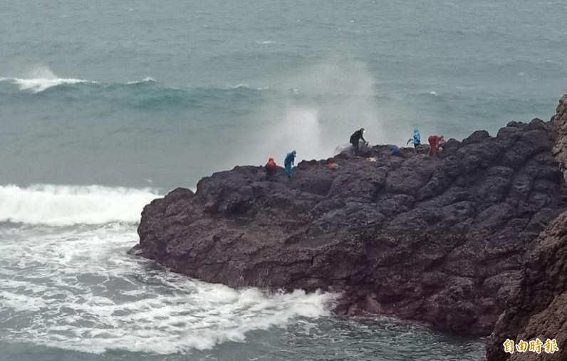 今年西嶼紫菜礁搶到野生紫菜頭香,村民在大風大浪中採收。(記者劉禹慶攝)