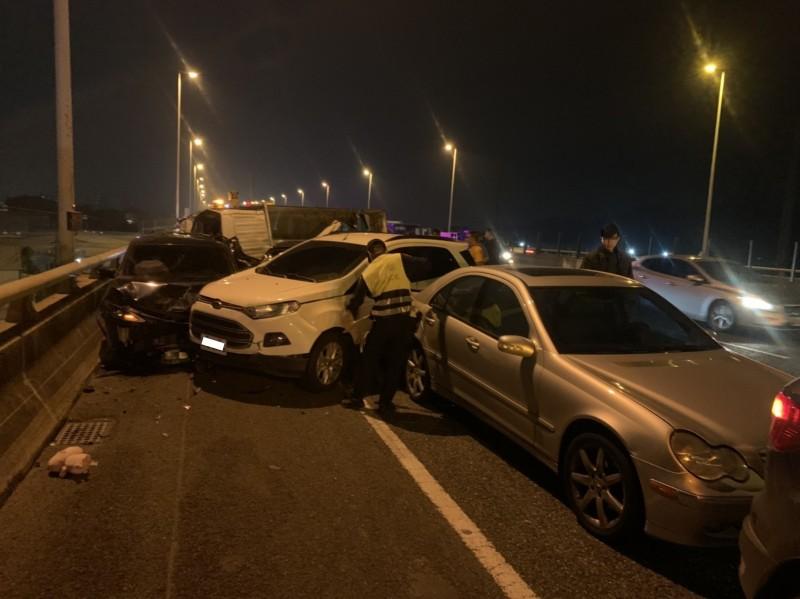 國道10號西向7.8公里處,今天傍晚6點32分發生一起6部車子追撞事故,造成2人受傷。(記者蘇福男翻攝)