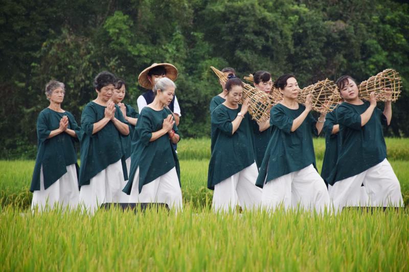 源泉社區組成的素人舞團,她們拿起治水傳說的法寶「籠仔篙」當舞蹈道具,表演母源泉舞(彰化生活美學館提供)